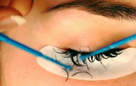 Eyelash glues and removers – why are they so important?
